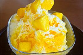 新鲜的芒果刨冰