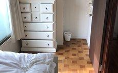 ベッドも家具も白いシングルルーム